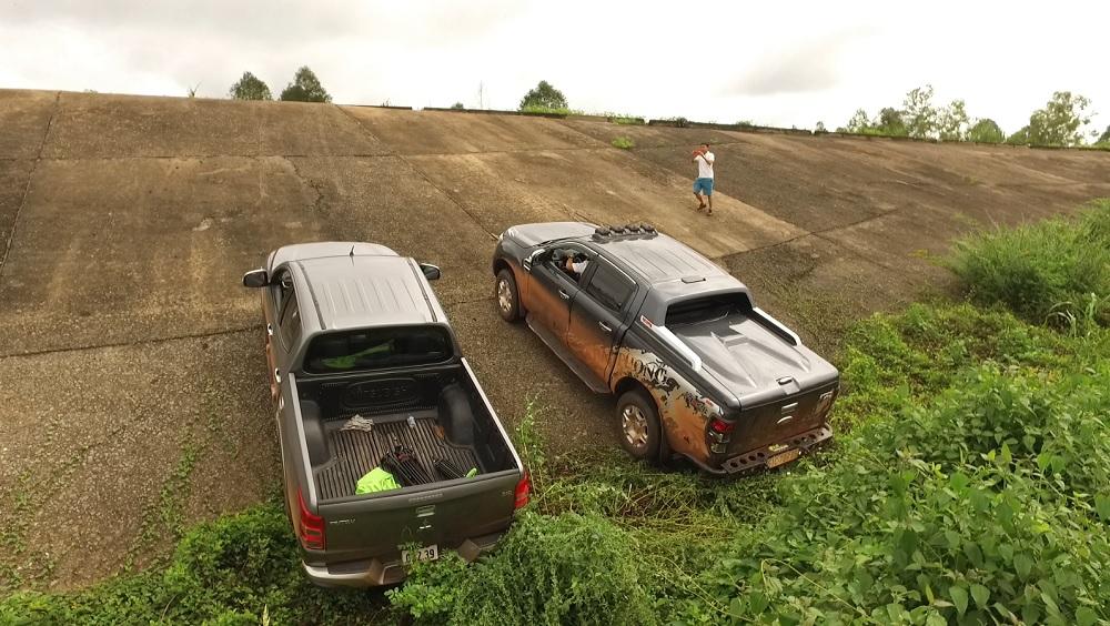 Ford Ranger 2016 và Mitsubishi Triton 2016 cùng leo dốc cao, trơn trượt