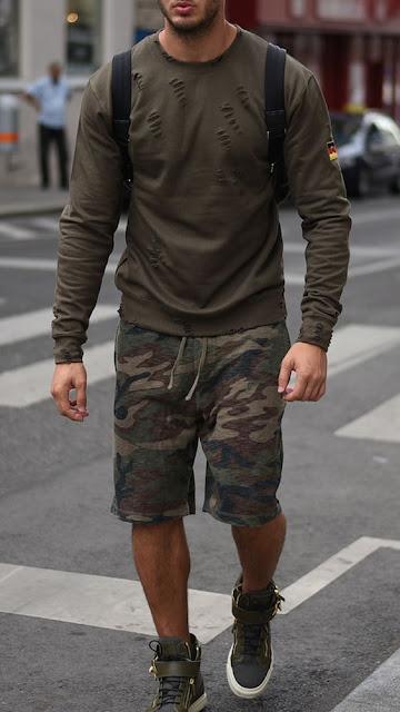 Look masculino verde militar e bermuda camuflada