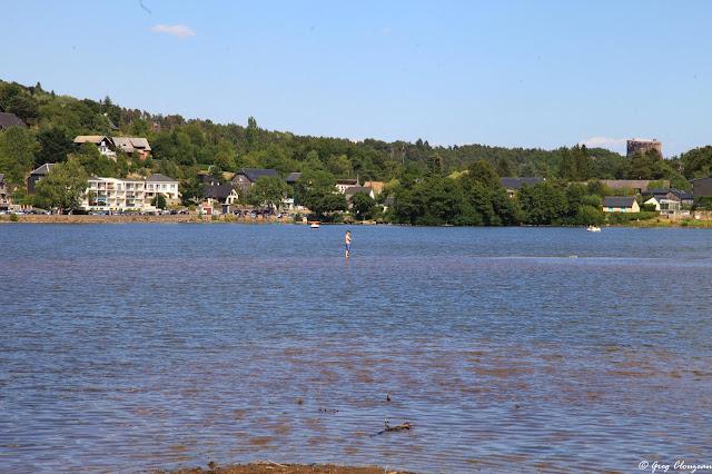On peut marcher sur les eaux du  Lac Chambon, Auvergne, France
