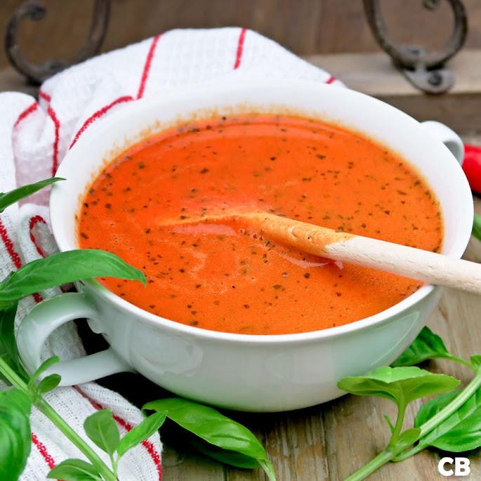 Romige soep van geroosterde tomaten en puntpaprika's