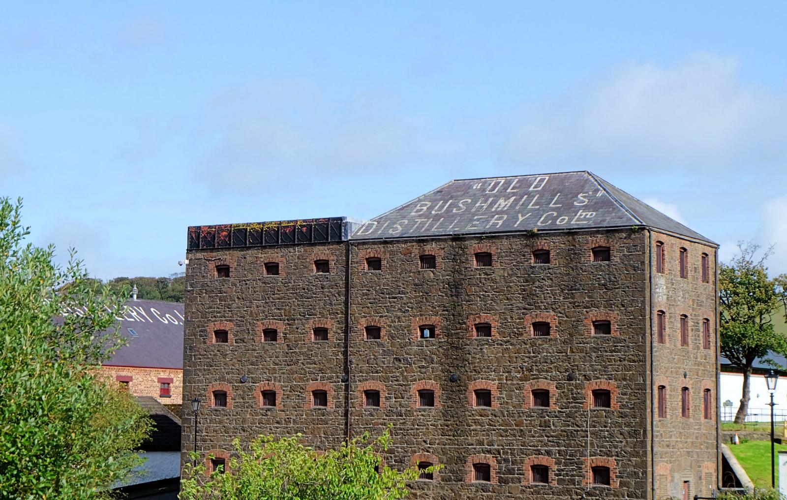 tradycyjna irlandzka destylarnia whiskey The Old Bushmills Destillery