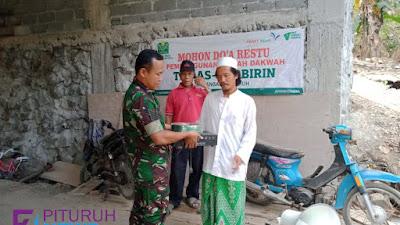 Anggota Koramil 09/ Pituruh bersama KPM, berikan bantuan kepada Mushola As-Shobirin Sawangan
