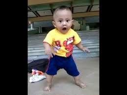 gambar lucu bayi laki-laki belajar jalan