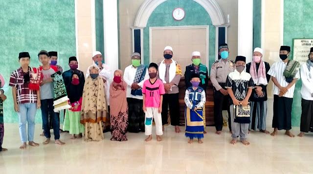 Kapolres Lotim Santuni Anak Yatim di Desa Gelora