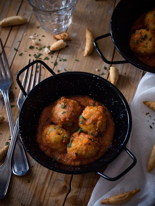 albondigas-de-merluza-rellenas-de-arroz-con-salsa-de-tomate-picante