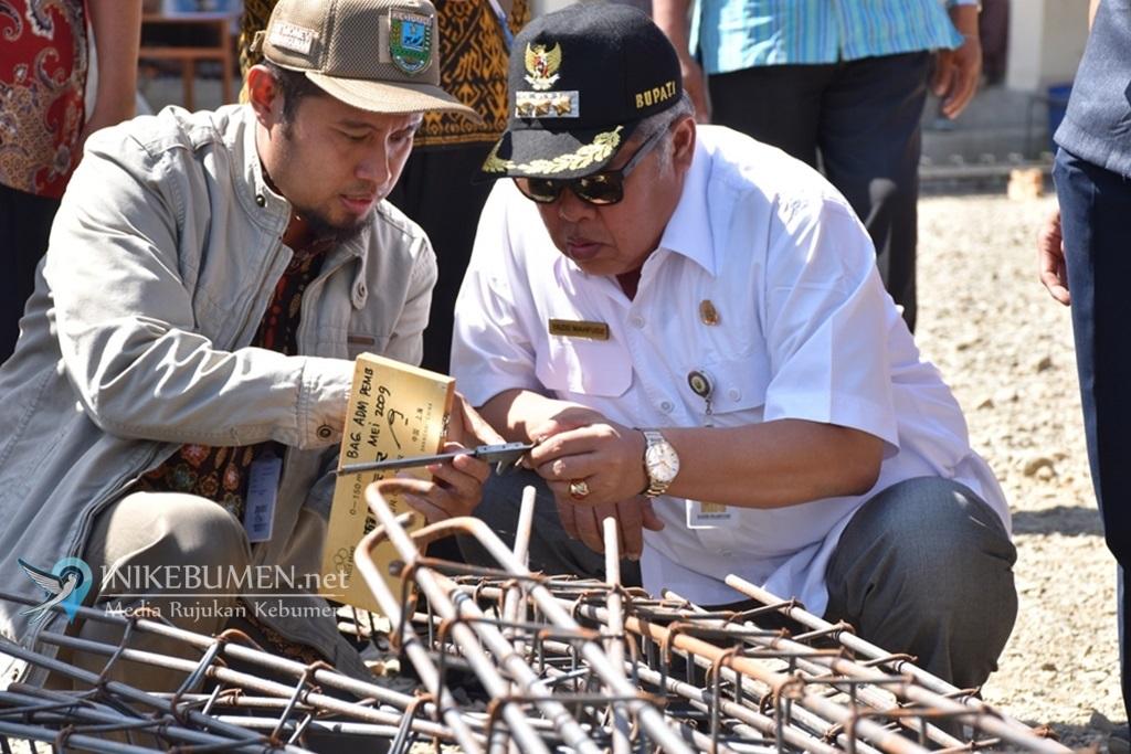 Cek Spesifikasi Proyek, Bupati Kebumen Ukur Besi yang Digunakan Kontraktor