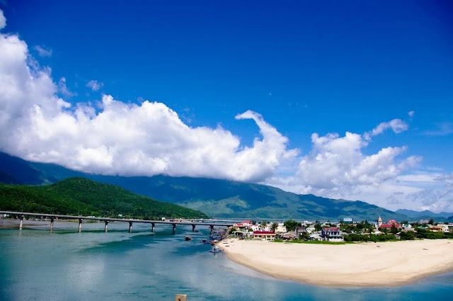 Trong những năm gần đây, Lăng Cô (Huế) đã chứng kiến sự ra đời của nhiều dự án du lịch nghỉ dưỡng đẳng cấp quốc tế nhằm đáp ứng nhu cầu của du khách trong và ngoài nước.