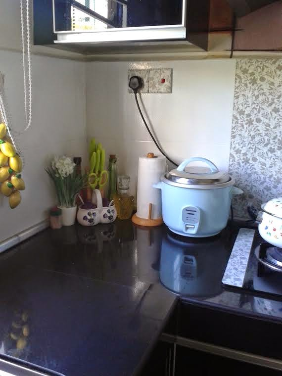 Atas Table Top Sebelah Kiri Tempat Akak Letak Rice Cooker Dan Rakan2nya