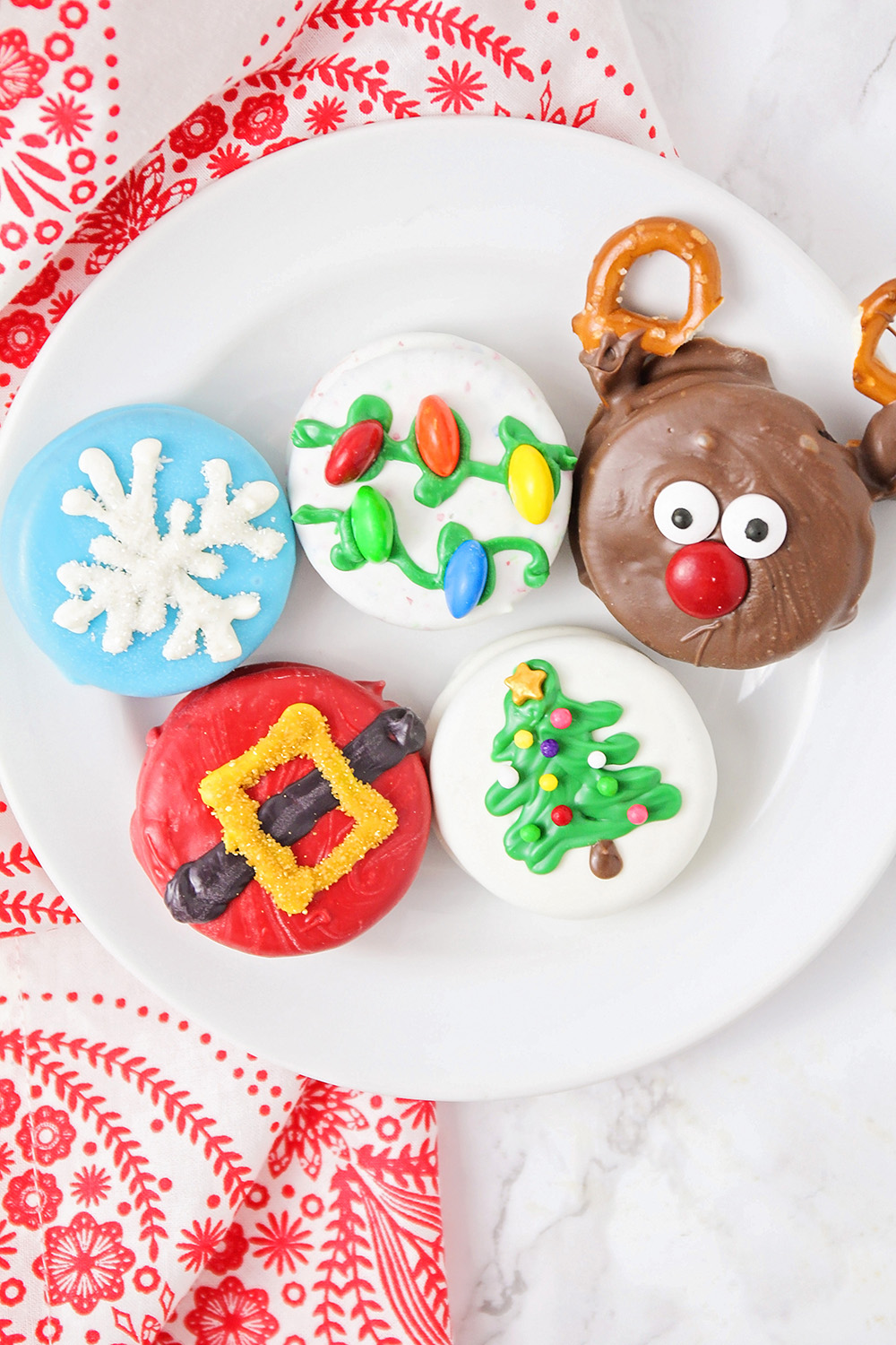 These Christmas Oreos are so festive and adorable, and perfect for gifting!