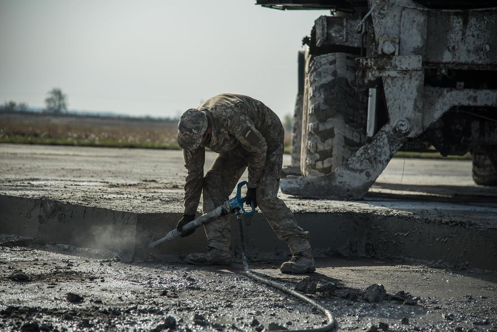 У Миргороді 28-й інжбат відновлює військове летовище