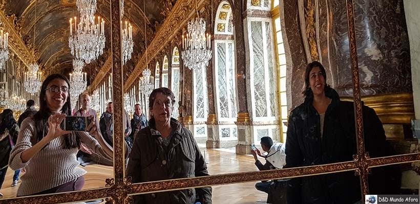 Modelando em frente a um dos 375 espelhos do salão no Palácio de Versalhes
