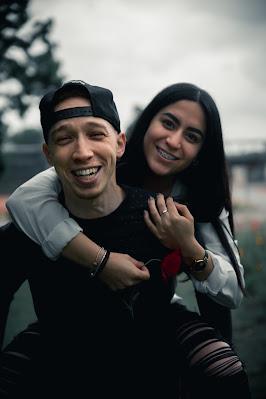 pasangan yang tersenyum