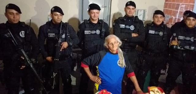 Policiais do Raio de Juazeiro do Norte fazem surpresa em festa de aniversário de 70 anos de idosa.