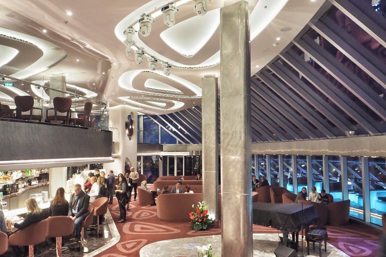 Salon et bar du yacht club à bord du bateau de croisière MSC Seaside