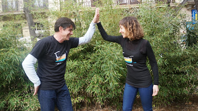 Mónica y Víctor recordando sus viajes solidarios a Kenia en Barcelona
