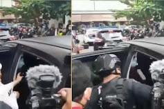 Viral Video Polisi Bersenjata Menendang ke Arah HMRS saat Masuk Mobil Tahanan