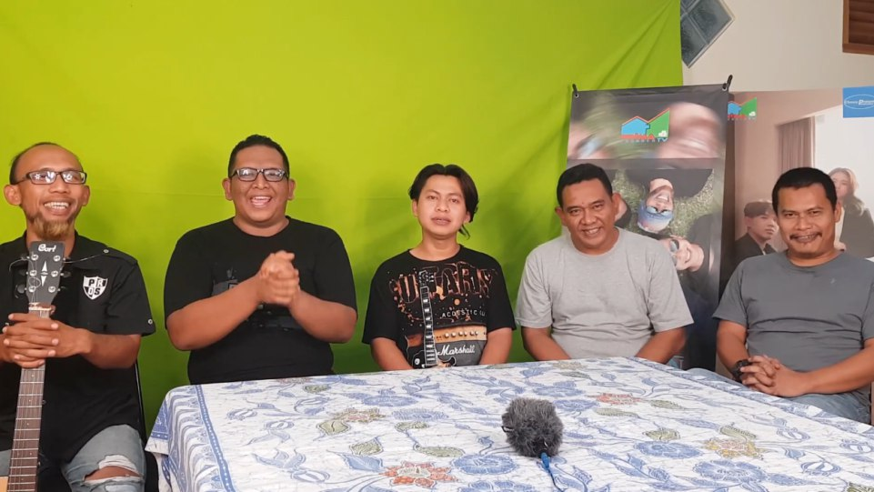 Grup band Heniikun Bay rilis lagu Pahlawan Wayang yang didedikasikan untuk dalang kondang almarhum Ki Seno Nugroho.