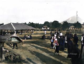 pasar kabanjahe dan pemandangan latar gunung sinabung