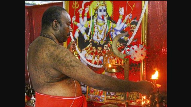 Warga Ramai-ramai Puja Dewi Corona Agar Pandemi Cepat Berlalu