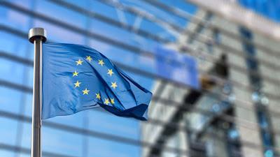 Bandera de europa hondeando en una de sus sedes