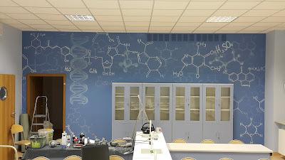 Mural w szkole, Graffit 3D wykonane na terenie szkoły, artystyczne malowanie ścian w szkole, aranżacja klas szkolnych, malarstwo ścienne.