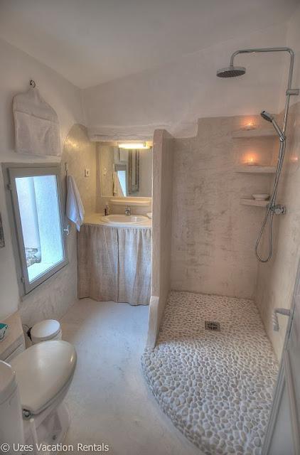 banheiro com chão de pedrinhas