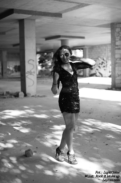12.07.17 Czarna cekinowa mini sukienka, sandały zamszowe na szpilce, chocker dusik i wisiorek, Muerte make up, Opuszczona galeria Mielec