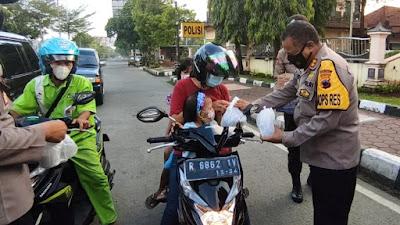 Polres Purbalingga Membagikan Takjil dan Masker Bagi Pengguna Jalan