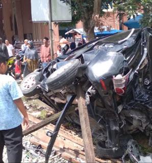 Mobil Toyota Avanza Ringsek Diseruduk Kereta Api Jurusan Binjai-Medan di Binjai