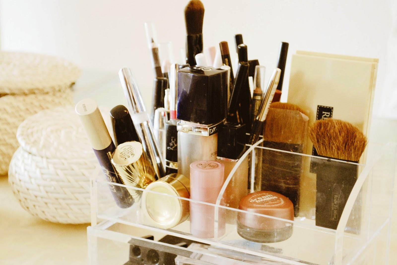 31 tage ordnung im haushalt challenge im bad cremes lippenstiften etc aussortieren. Black Bedroom Furniture Sets. Home Design Ideas