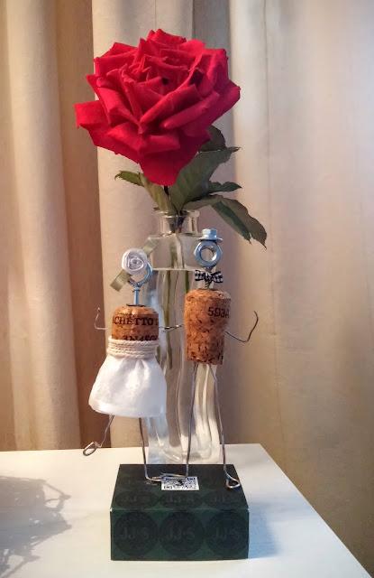 flakonik z czerwoną różą młoda para zrobiona z korków od szampana drutu i śrubek