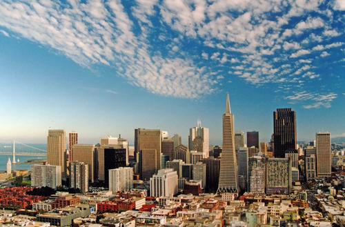 Espectacular vista del skyline de la ciudad de San Francisco con la famosa Transamerica Pyramid destacando por su altura y su diseño futurista con respecto al resto de edificios colindantes; foto Copyright Darrell Godliman