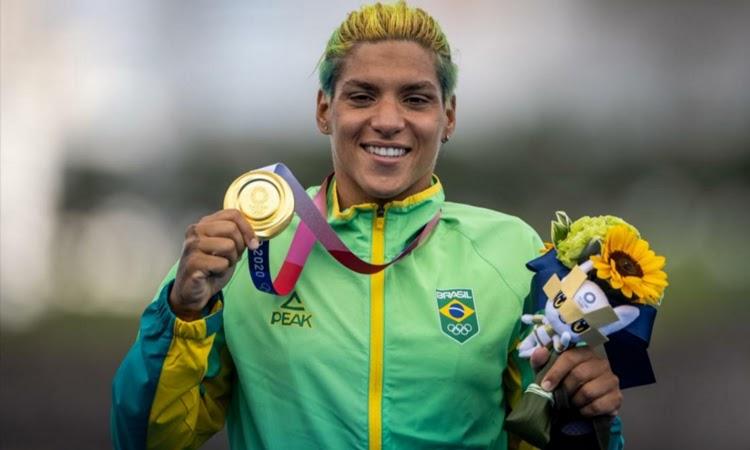Ana Marcela Cunha confirma favoritismo e leva o ouro na maratona aquática