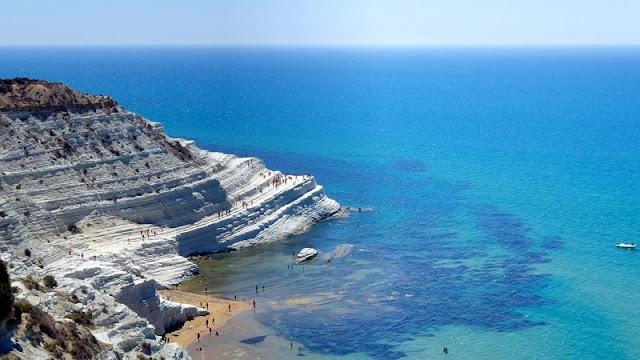 pantai unik Scala dei Turchi dilihat dari atas