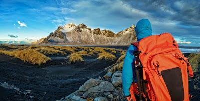 chico joven de viaje solo por Islandia divisando parajes