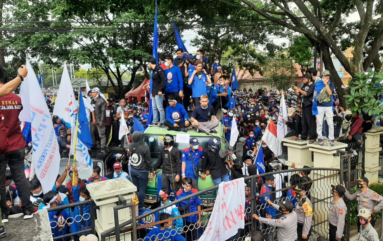 Demo Ribuan Buruh Tolak Pengesahan UU Ciptakerja, Demonstran Sebut  DPR ' Dewan Pemeras Rakyat'