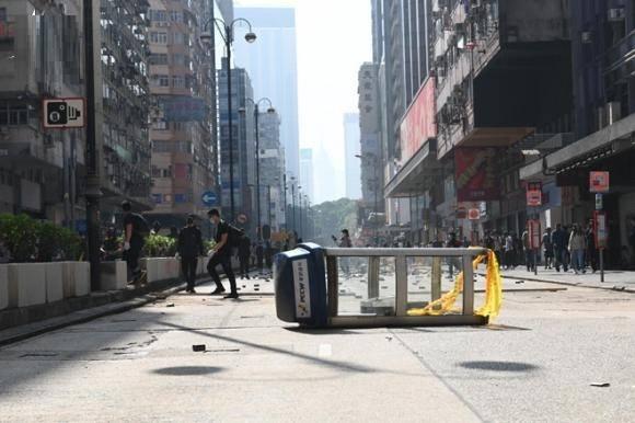 Dân Hồng Kông đánh lạc hướng cảnh sát, giải tỏa áp lực tại Đại học Bách khoa