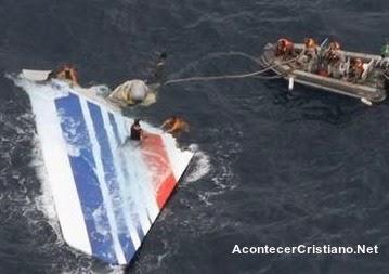 Restos de avión de Malaysia Airlines en el mar