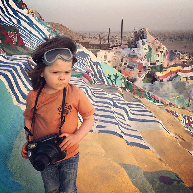 http://culturainquieta.com/es/foto/item/9566-hawkeye-huey-de-seis-anos-de-edad-publica-su-primer-libro-de-fotografia.html