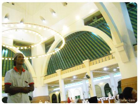 Suasana di dalam masjid Agung Jawa Tengah waktu malam