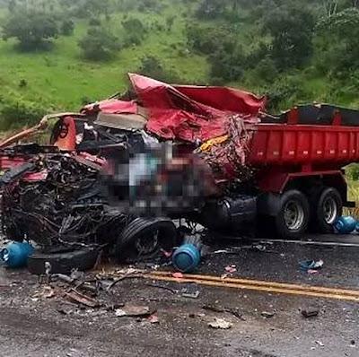 Batida entre um caminhão e uma carreta carregada de botijões de gás causa uma morte  na BR-101, trecho da cidade de Teodoro Sampaio