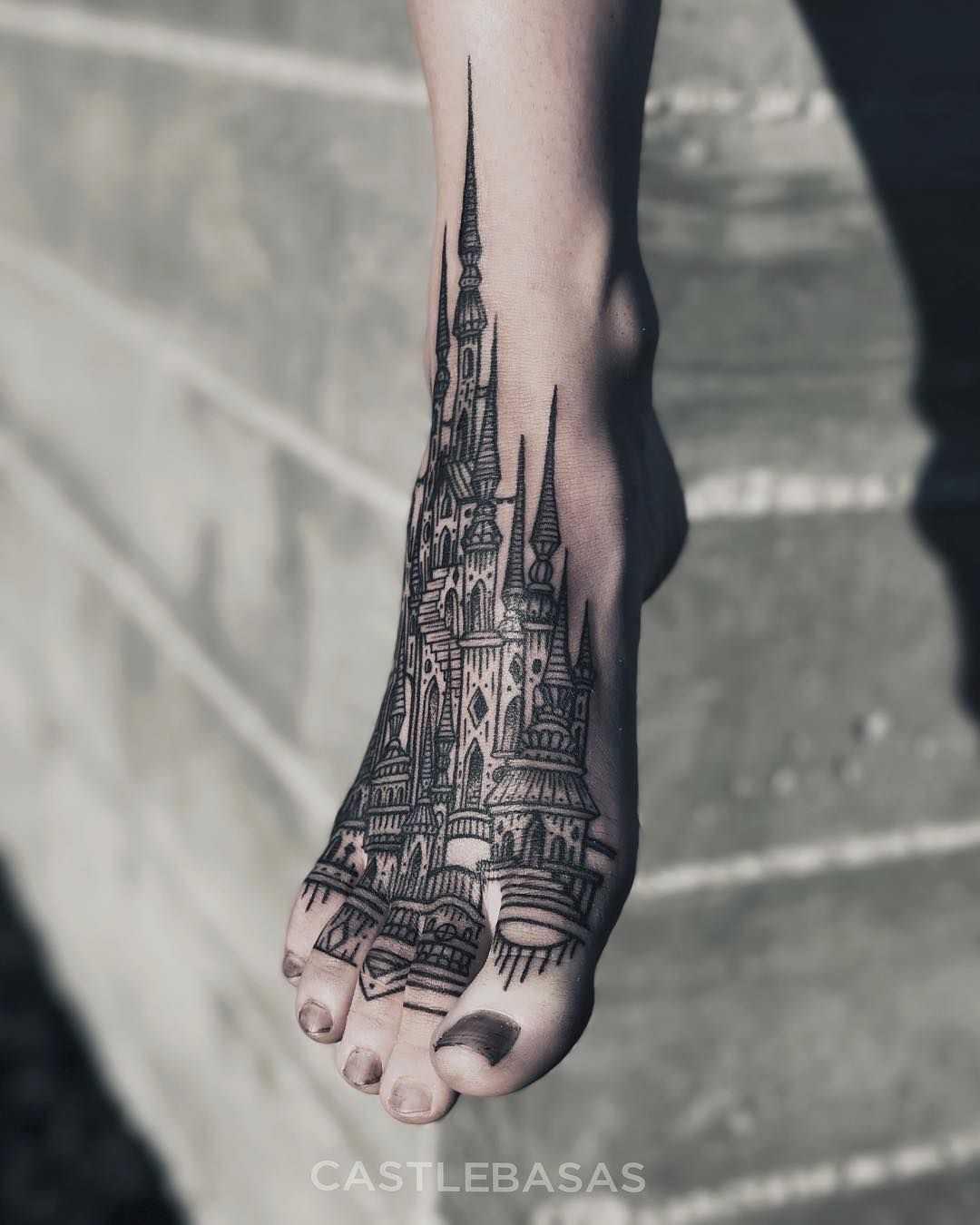 Vemos un tatuaje de la catedral de san basilio en el pie de una joven