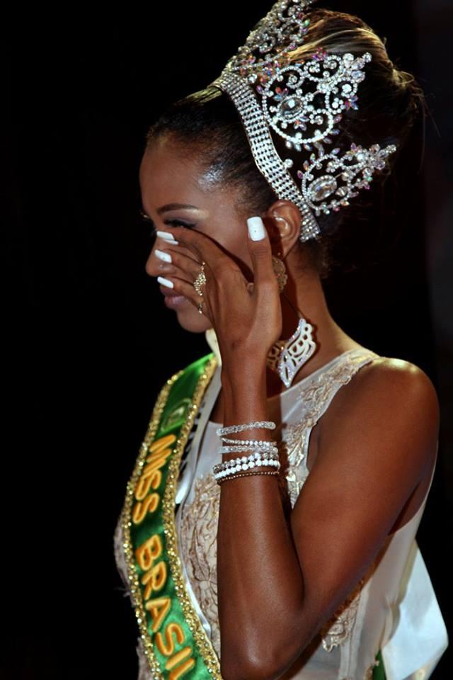 Eleita Miss Brasil 2016, Mayrane Barbosa se emociona no palco do concurso. Foto: Salani Antônio