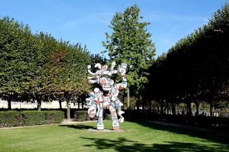 Paris : Le Bel Costumé de Jean Dubuffet - Terrasse du Jeu de Paume dans les jardins des Tuileries - Ier