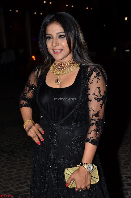 Sakshi Agarwal looks stunning in all black gown at 64th Jio Filmfare Awards South ~  Exclusive 010.JPG
