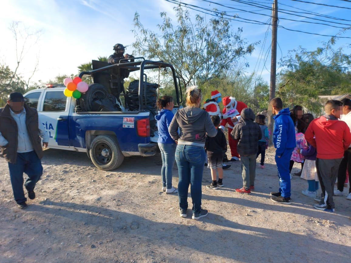 Fotos: En Tamaulipas Policías se adelantaron a Sicarios del CDG y Zetas y repartieron juguetes a Niños