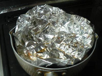 里芋を煮込む