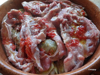Λαχανοντολαμδες ετοιμοι να μπουν στο φουρνο για ψησιμο πανω εχουν παιδακια με μια κουταλια χυμο ντοματας
