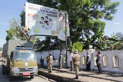 Dibantu Bawaslu 20 Personil Pol PP Bersihkan APK dan Bendera Partai