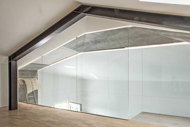 casa con vetrata nel sottotetto